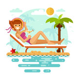 Prendre un bain de soleil la fille sur la plage tropicale Photo stock