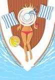 Prendre un bain de soleil la jeune femme sur un bateau images stock
