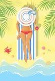Prendre un bain de soleil la jeune femme sur une chaise longue photographie stock