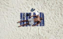 Prendre un bain de soleil modèle masculin africain Image stock