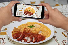 Prenez à photo un plat de poulet frit en cari jaune à la part Foyer sélectif Images libres de droits