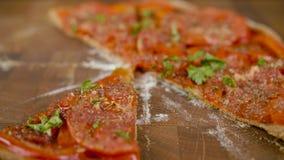 Prenez des tranches de pizza végétalienne sur la table en bois banque de vidéos