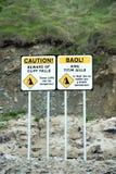 Prenez garde des signes de chutes de falaise Image stock