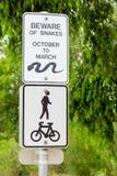 Prenez garde du signe de serpents Photographie stock