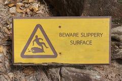 Prenez garde du signe extérieur glissant photo stock