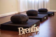Prenez les oreillers d'un yoga de souffle Photographie stock libre de droits