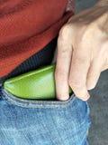 Prenez ou mettez l'argent dans la poche de pantalon Images stock