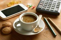 Prenez un café pendant la pause images libres de droits