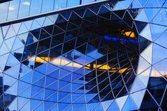 Prenez un coup d'oeil à une façade en verre généreuse Photographie stock libre de droits