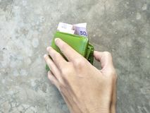 Prenez un portefeuille sur le plancher Images libres de droits