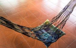 Prenez un repos sur le berceau, hamac de corde Images libres de droits