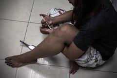 Prenez une overdose la main femelle asiatique de toxicomane, la seringue narcotique i de drogues Image libre de droits