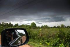Prenez une photo d'une tempête dans la voiture photos stock