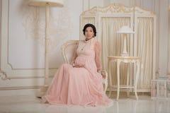 Prengant dama w rocznika wnętrzu Fotografia Royalty Free