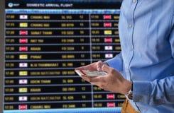 Prenotazione online da volare e cellulare di lavoro di Internet Immagini Stock