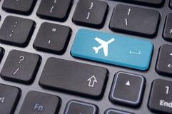 Prenotazione online del biglietto di volo, con il segno piano sulla tastiera fotografie stock