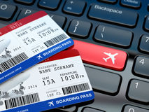 Prenotazione online del biglietto L'imbarco passa sopra la tastiera del computer portatile Fotografia Stock Libera da Diritti