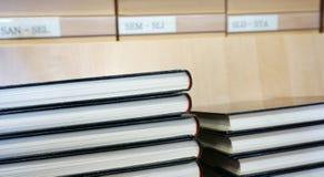 Prenoti con la copertura nera impilata, vecchio catalogo delle biblioteche vago nei precedenti Fotografia Stock Libera da Diritti