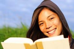 prenoti la donna della lettura Fotografia Stock Libera da Diritti