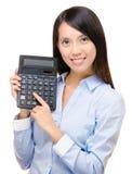 Prensa asiática de la mujer la calculadora Imagenes de archivo