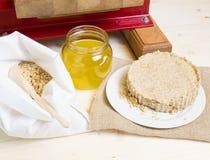 Prensa de aceite para exprimir el aceite de nueces de pino fotos de archivo libres de regalías