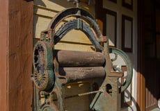 Prensa de batir antigua delante de la casa El equipo viejo secaba la ropa pasándola entre dos rodillos que presionan imagenes de archivo