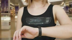 Prensa de la chica joven en la pulsera futurista del concepto de la interfaz de usuario Interfaz gráfica de usuario - GUI Exhibic almacen de metraje de vídeo