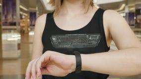 Prensa de la chica joven en la pulsera futurista del concepto de la interfaz de usuario Interfaz gráfica de usuario - GUI Exhibic metrajes