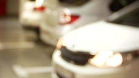 Prensa de la mano el teledirigido 4k, coches en un aparcamiento Falta de definici?n del fondo Primer, espacio de la copia almacen de metraje de vídeo