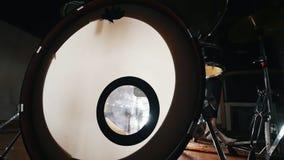 Prensa de la mujer el pedal del tambor - fabricación de música almacen de metraje de vídeo