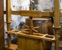 Prensa de madera antigua para producir el jugo de uva fotos de archivo