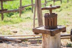 Prensa de madera Prensa de uvas imagen de archivo
