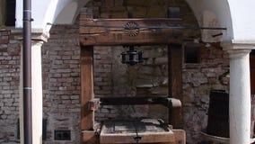 Prensa de vino histórica en el patio histórico metrajes
