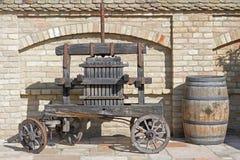 Prensa de vino vieja Vieja técnica tradicional de la elaboración de vino, prensa antigua de madera de la uva Imagen de archivo libre de regalías