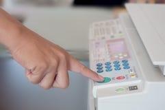 Prensa humana de la mano en la tecla de partida Imagen de archivo libre de regalías