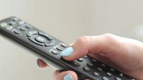 Prensa los botones en el telecontrol de la TV almacen de video