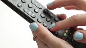 Prensa los botones en el telecontrol de la TV metrajes