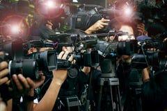 Prensa y cámara de los medios, fotógrafo video de servicio en nuevo público