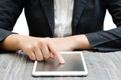 Prensas de la mano en la tableta de la pantalla Foto de archivo libre de regalías