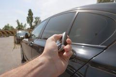 Prensas de la mano en los sistemas de alarma para coches teledirigidos Fotografía de archivo