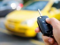 Prensas de la mano en los sistemas de alarma para coches teledirigidos Fotos de archivo libres de regalías