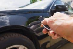 Prensas de la mano en los sistemas de alarma para coches teledirigidos Foto de archivo