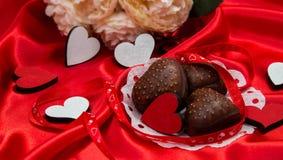 Prentbriefkaar aan de dag van de heilige valentijnskaart met de harten van chevalakoekjes, het vliegen Stock Fotografie