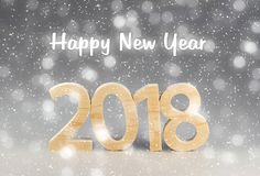 Prentbriefkaar 2018 Gelukkig Nieuwjaar aantallen van hout op grijze bedelaars worden gesneden die Royalty-vrije Stock Fotografie