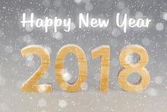 Prentbriefkaar 2018 Gelukkig Nieuwjaar aantallen van hout op grijze bedelaars worden gesneden die Royalty-vrije Stock Afbeelding