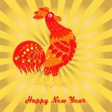 Prentbriefkaar Gelukkig Nieuwjaar De rode haan kraait op gouden stralenachtergrond Royalty-vrije Stock Fotografie
