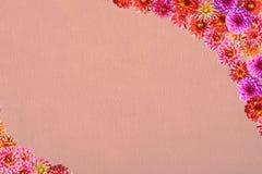 Prentbriefkaar met een kader van bloemen op een achtergrond van synthetisch FI Royalty-vrije Stock Foto's