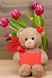 Prentbriefkaar met een teddybeer en tulpen Royalty-vrije Stock Afbeeldingen