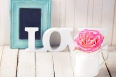 Prentbriefkaar met elegante bloem en woordliefde Stock Foto
