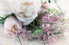 Prentbriefkaar met elegante bloemen Stock Afbeelding